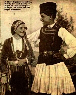 Tineri logodnici din Cadrilater in frumoasele lor costume populare