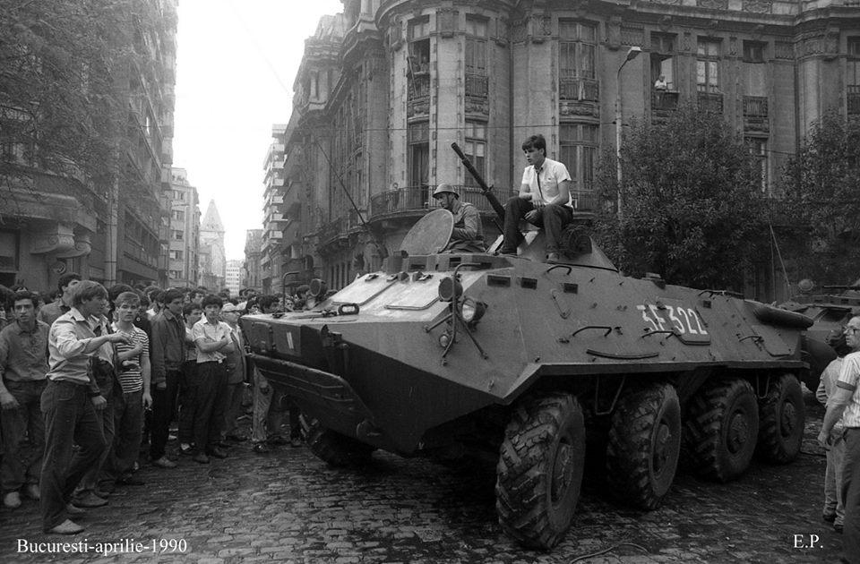 13-iunie-1990-TAB-uri-in-fata-la-MAI-Foto-Emanuel-Parvu