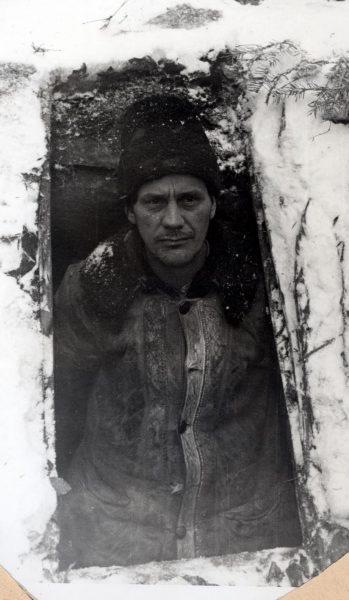 Vasile Motrescu, la intrarea bordeiului unde se ascundea. Fotografie din arhiva securității